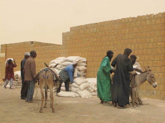 Distribution alimentaire à Tombouctou © David Baché