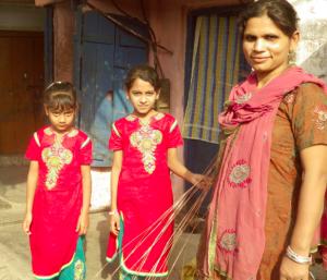 Une mère de deux filles, acceptant cette « fatalité » et s'épuisant à la tâche pour préparer leurs dots