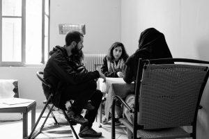 Un réfugié, un thérapeute et un interprète participent à une intervention de soutien psychosocial dans le camp de Pikpa, sur l'île de Lesbos