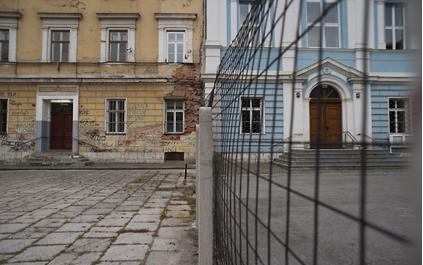 Travnik School. Une grille érigée au milieu de la cour d'une école afin d'éviter toute forme d'échange.