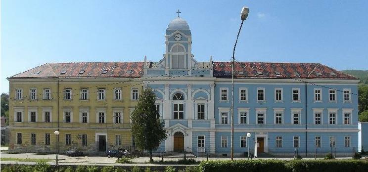 A Travnik, les façades d'un bâtiment scolaire sont différentes