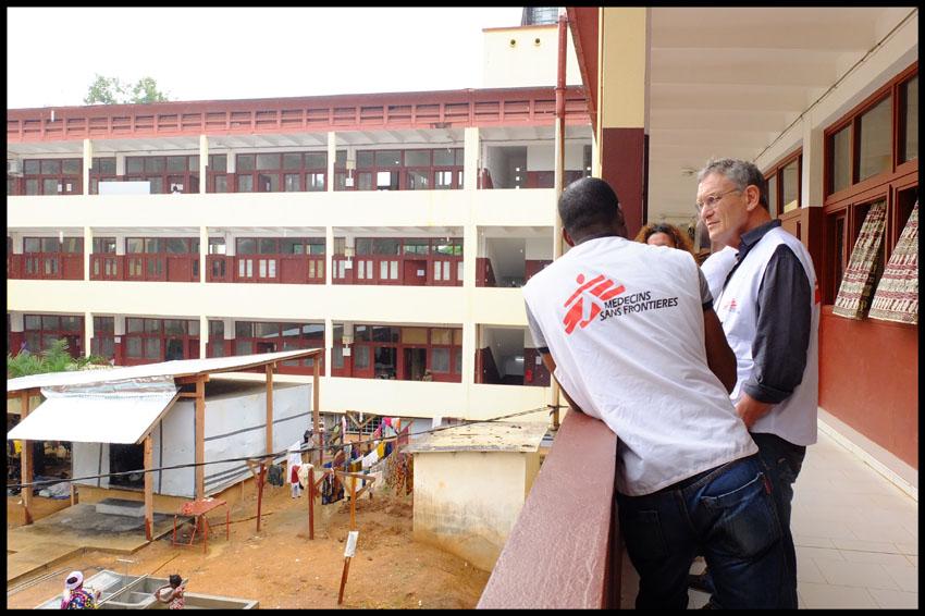 Rony Brauman et Guigui) et Brigitte Rossoti à l'Hopital Général de Bangui.